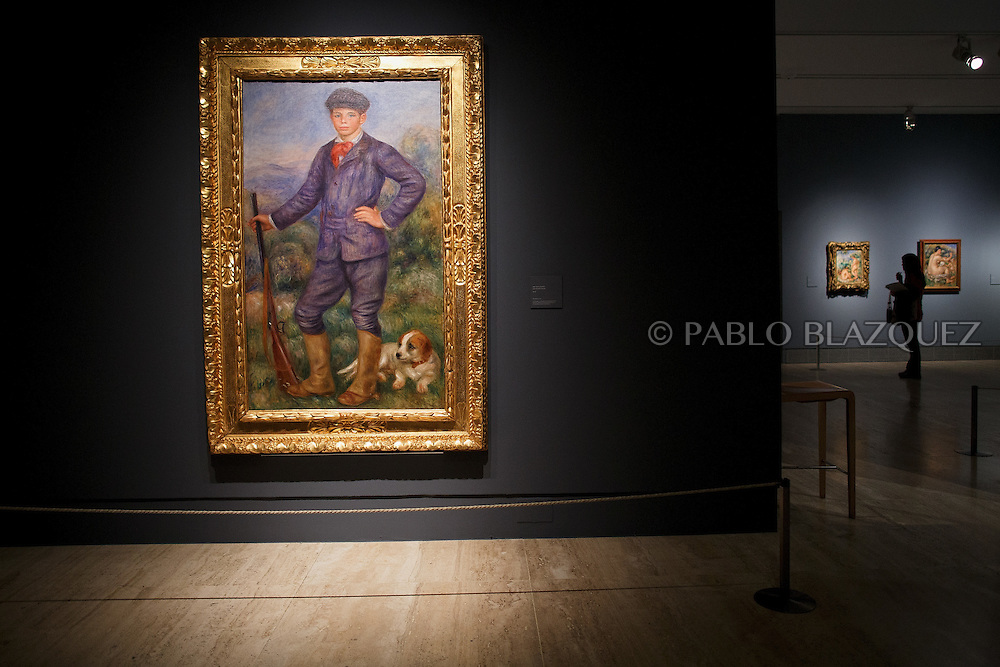 A member of the press looks at Pierre Auguste-Renoir's works at the Museum Thyssen-Bornemisza on October 17, 2016 in Madrid, Spain. 'Renoir: Intimacy' features 78 works by French painter Renoir (1841-1919) borrowed from museums and collections from around the world and will be open to the public from October 18, 2016 to January 22, 2017 (© Pablo Blazquez)