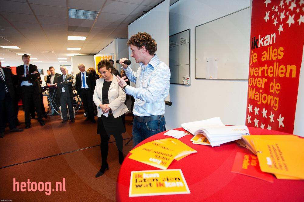 """UWV Werkplein, Ganzenmarkt 1 Oldenzaal.. Margrethe Hilhorst (ecru jasje) (ministerie) geeft  tijdens een bijeenkomst van de Industriële Kring informatie over de campagne """"Ik Kan"""". Naast haar treed Cor Kamphuis (blauw/wit streepshirt) op, Wajongambassadeur. Foto: hetoog.nl/CeesElzenga"""