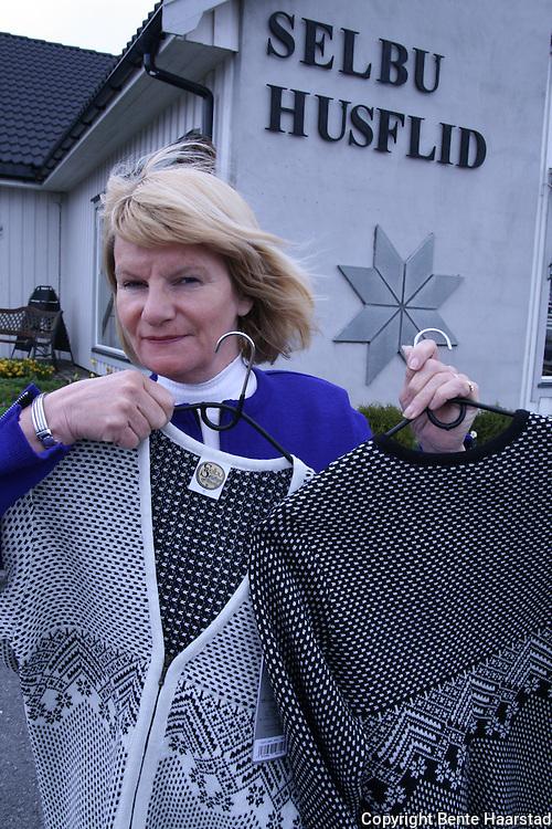 Inger Kjelmo Kristiansen, daglig leder, Selbu Husflid. Her med to jakker fra årets nye kolleksjon, begge designet av Ingrid Iversen fra Selbu. Bedriften er 75 år i 2009. Foto: Bente Haarstad Selbustrikk. Selbu knitting.