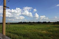 Landskapet som fyker forbi utenfor togvinduene,  the view from the train