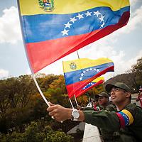 Soldados de la República Bolivariana de Venezuela ondea una bandera nacional durante el traslado fúnebre de Hugo Chávez hacia el 23 de Enero. Caracas, 15 Marzo, 2013 (Foto / Ivan Gonzalez)