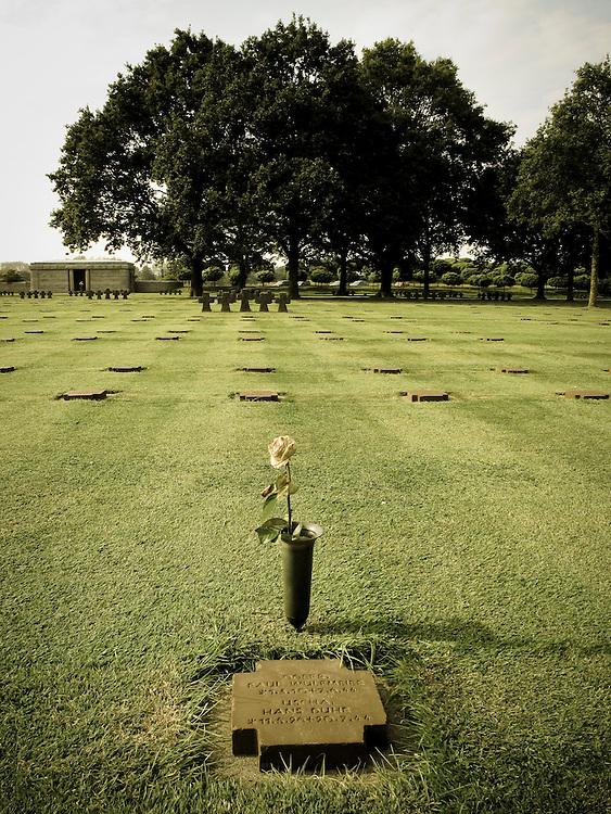 NO CEMITÉRIO ALEMĂO EM LA CAMBE. AT GERMAN MEMORIAL CEMETERY IN LA CAMBE.