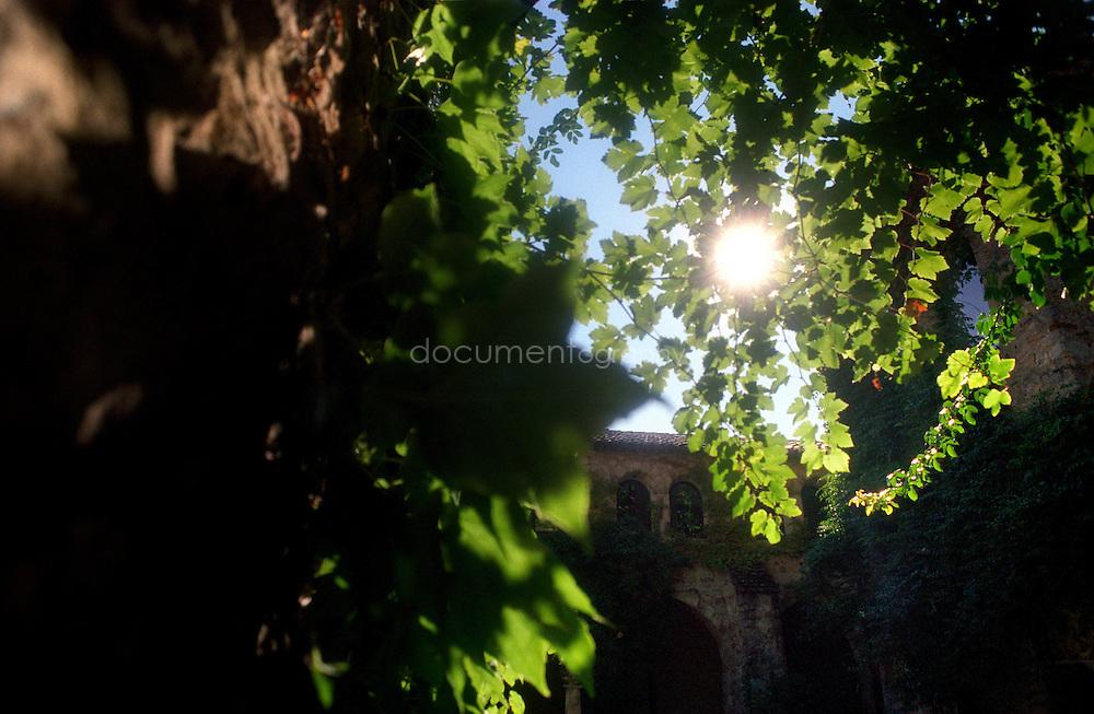 Bernard Teilland, homme d'affaire et amateur d'art, acceuille chaque année une exposition sur ses terres, ici le cloitre du XIIe siecle rénové, Chateau Sainte Roseline, Les Arcs-sur-Argens, France