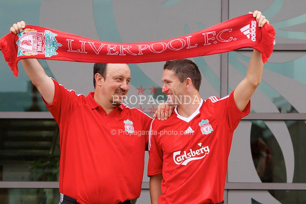 ¿Cuánto mide Rafa Benítez? - Altura - Real height 080729-014-Liverpool-sign-Keane