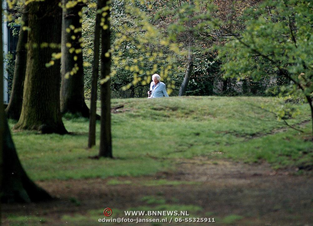 Koninginnedag 1997 Juliana en Christina op Soestdijk wandelend in de tuin