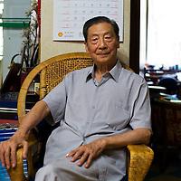 BEIJING, AUG. 6, 2012 : Chinas renommierter Oekonom Mao Yushi , 83, in seiner Wohnung in Peking.
