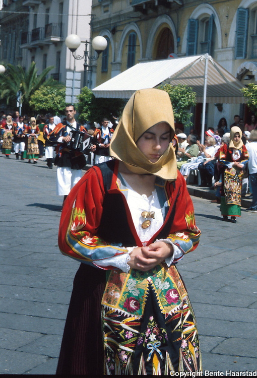 Cavalcata Sarda, Sassari..dias In Sardinia there are more than 200 festivals and events during the year, but only 3 offer the opportunit&agrave; to see united, un the same place, all the traditional customs of the isle: Sant'Efisio at Cagliari, the Redentore at Nuoro and the Cavalcata Sarda at Sassari.<br /> The Cavalcata, that is different from the other two celebration because it's not a religious celebration, it join varoius aspects of celebration: there is the presentation of the customs then there is one component more sportive with skills by the riders (&quot;pariglie&quot;), elements typically of folk-lore: songs and dances tha last until late hour.