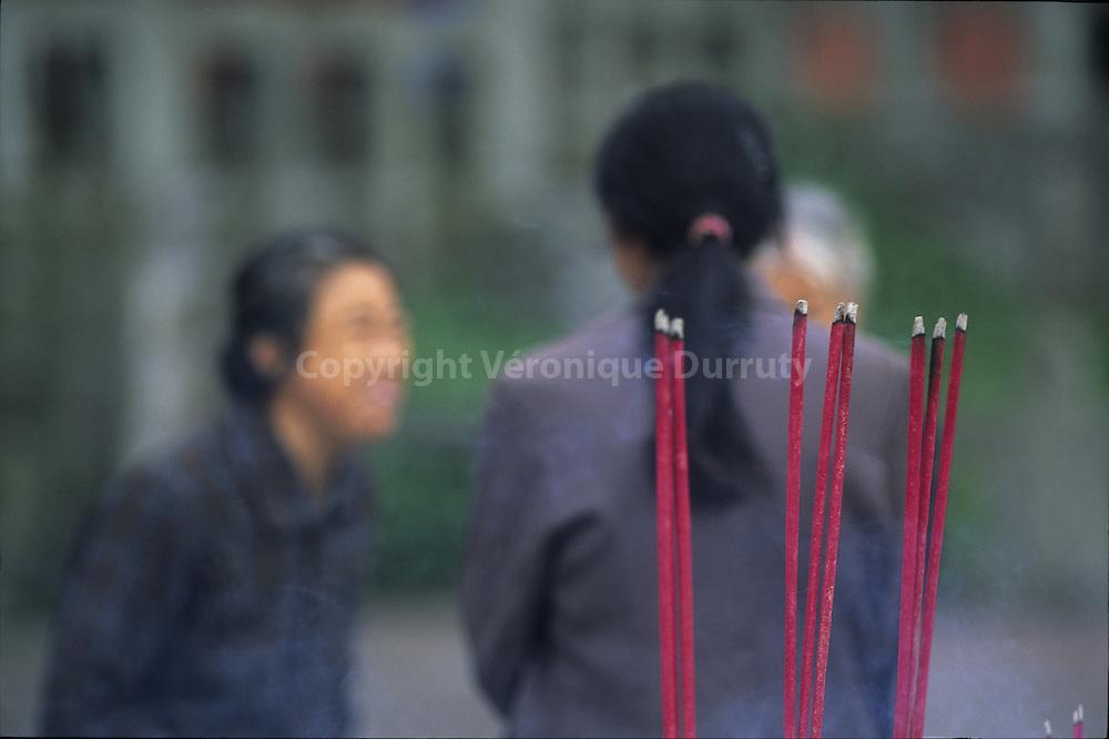 Baton d'encen en offrande, Mont Emeii, Sichuan, Chine