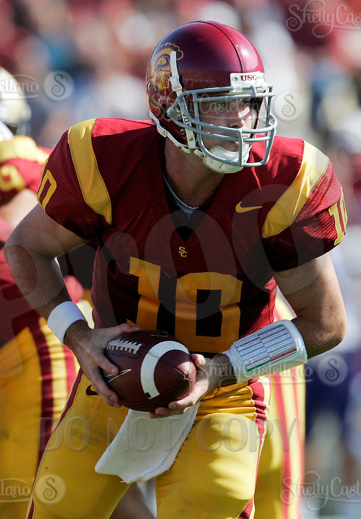 7 October 2006: USC starting quarterback #10 John David Booty gets ready to pass the ball off during  NCAA College Football Pac-10 USC Trojans 26-6 win over the Washington Huskies at the LA Coliseum during a sunny saturday game in Los Angeles, CA.<br />
