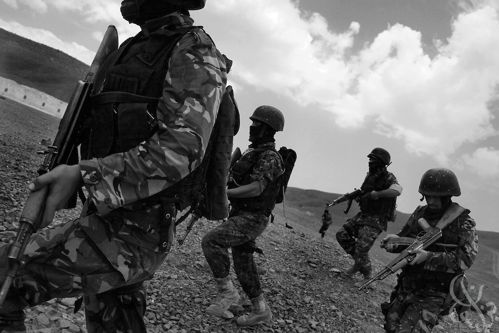 Soldiers of the Yemen Special Forces Counter-Terrorism squad run and reload during a live-fire drill at a training range on the outskirts of Sana'a, Yemen April 14, 2010. Yemen continues efforts to improve the quality of its' armed forces as it faces a Houthi rebel movement in the North, a  separatist movement in its Southern territory, and Al Qaeda terrorist activity.