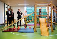 OOSTWOLD - Koning Willem Alexander brengt een bezoek aan multicultureel centrum De Gaveborg in het Groningse Oostwold. Het dorpshuis won dit jaar het Appeltje van Oranje. ANP ROYAL IMAGES ROBIN UTRECHT
