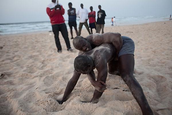 Lamb la lutte s n galaise achille piotrowicz for Interieur sport lutte senegalaise