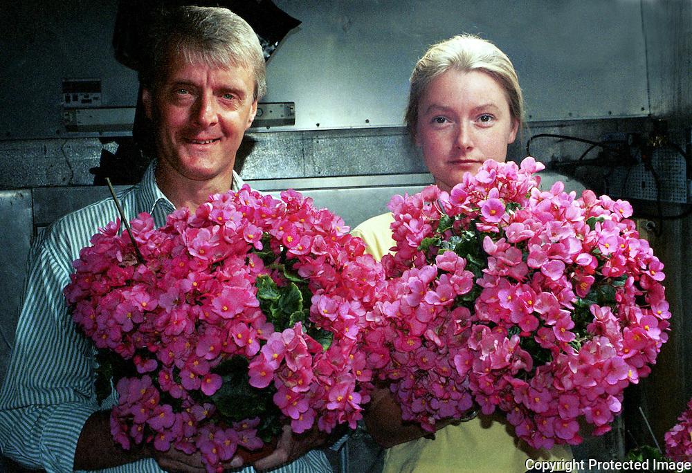 John William Einset og tekniker Cristel Munster, NLH, &Aring;s<br /> juli -97. Genmodifisert juleglede. Norges milj&oslash;- og biovitenskapelige universitet.