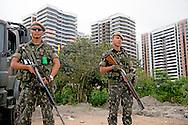 RIO DE JANEIRO - Militairen bewaken het olympisch atletendorp in Rio de Janeiro waar de Nedelandse sporters zich bevinden . In de Braziliaanse hoofdstad worden dit jaar de Olympische Spelen gehouden. ANP ROBIN UTRECHT