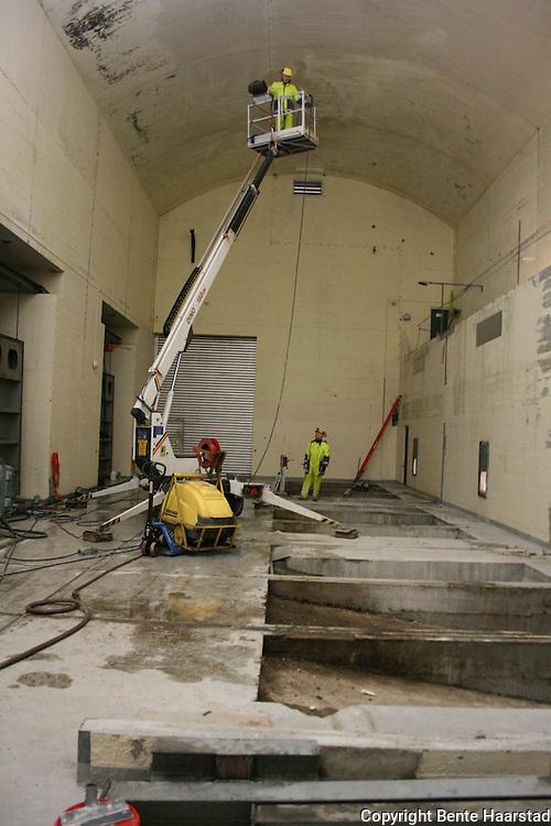 Nea hydropower plant. Nea kraftverk ble rustet opp for 100 millioner kroner i 2009. Her maling av den gamle turbinhallen.