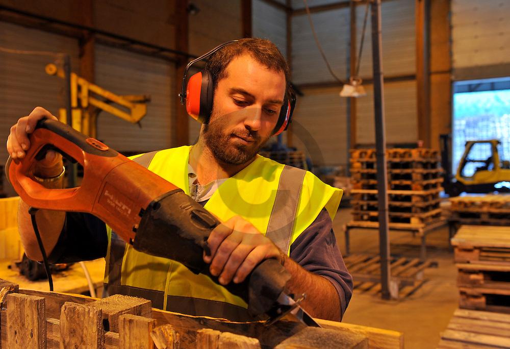20/10/11 - CHATELDON - PUY DE DOME - FRANCE - Entreprise de transport et de logistique COMBRONDE. Atelier de reparation de palettes - Photo Jerome CHABANNE