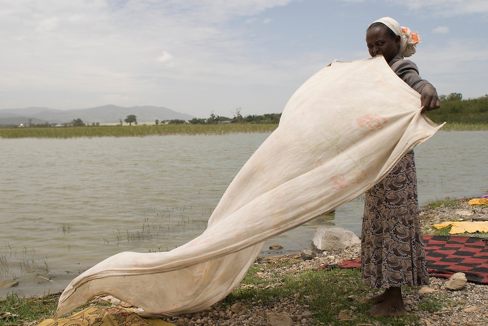 Le Lac Ziway est un lac d'eau douce d'une superficie de 440 km2 à une altitude de1600 mètres. C'est le premier des lacs de la vallée du Grand Rift, au sud du bassin du Nil. Comme dans toutes les zones rurales du pays, la majorité de la population n'a pas accès à l'eau courante et profite du lac pour se laver, faire la vaisselle, la lessive et permettre au bétail de s'abreuver. Éthiopie août 2011.