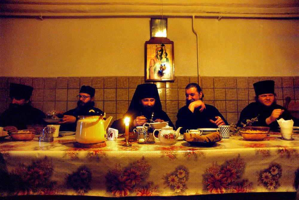 Bild 1. Reportage om den ortodoxa kyrkan i Ryssland. Bilder från St.Petersburg och klosterön Konevets i Ladogasjön. Kvällsmat med munkarna i klostret på ön Konevets. Fader Isidor i mitten .Foto:Chris Maluszynski. Kod 75816 .COPYRIGHT SCANPIX SWEDEN