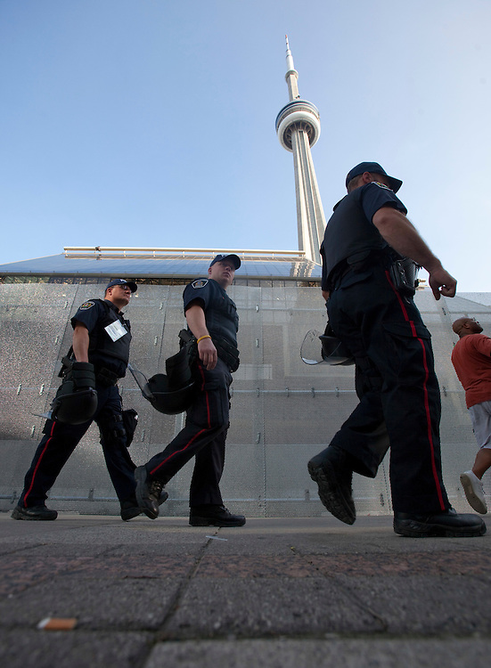Police, equipped with riot gear patrol the streets of downtown Toronto, Canada June 24, 2010 in advance of the G20 summit which the city is hosting this weekend. <br /> AFP/GEOFF ROBINS/STR