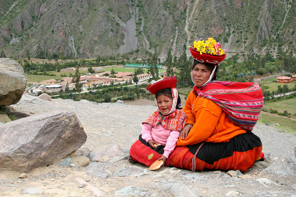 Americas, South America, Peru, Ollanta. Peruvian woman and daughter at Ollantaytambo.