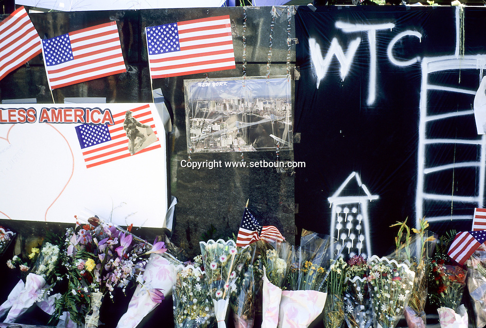 New York .memorial to the missing people,  in the streets, after the terrorist attack  on the world trade center towers in Manhattan  , messages; paintings testimony to find the disappeared relatives, New york  Usa /   memorial aux disparus . dessins , temoignages et messages pour retrouver les parents disparus, temoignages, dans les rues de New York. apres l attaque terroriste sur les tours du world trade center a Manhattan  New york  USA