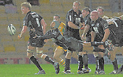 2005/06 Guinness Premiership Rugby, Saracens vs Northampton Saints, Richard Haughton, acts as scrum half and moves the ball out, as Saracens defeat Saints at Vicarage Road, Watford, ENGLAND:     05.11.2005   © Peter Spurrier/Intersport Images - email images@intersport-images..