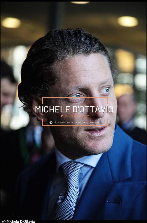 Torino 19 marzo 2011 in occasione della visita il presidente della Repubblica al rinnovato Museo dell'Automobile Lapo Elkann da vero padrone di casa, impeccabile a suo modo: camicia bianca, cravatta grigia e vestito blu elettrico.