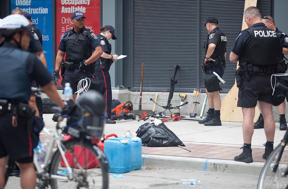 Toronto Police examine the contents of a suspicious vehicle after they stopped it in the city's core June 24, 2010. Police are on high alert as world leaders have started to arrive in town for the G8/G20 summits this weekend. <br /> AFP/GEOFF ROBINS/STR