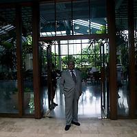 Bangkok, JUNE-15 : Prinz A vor dem Eingang des  Mandarin Oriental Hotels.