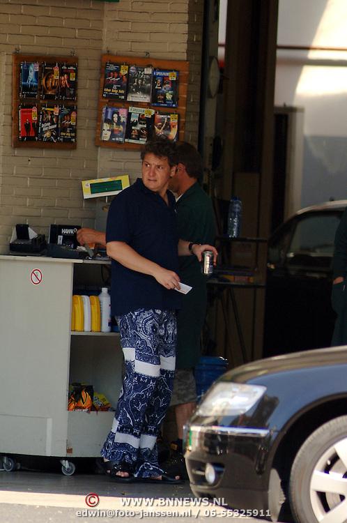 NLD/Laren/20060610 - Rene Froger bij het bezinestation , koopt een blikje cola