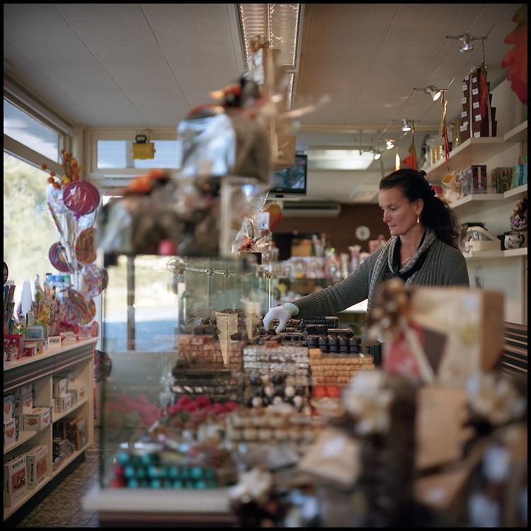 Le 24 octobre 2011, frontière Belgique / France, près d'Adinkerke (B) RN386. La propriétaire de l'ancien poste frontière d'Adinkerke transformé en magasin de chocolats, fait des ballotins de chocolats.