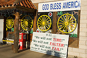 Crawford, Texas, USA..Geschlossener Souvenirladen auf Crawford's Lone Star Highway..closed souvenir shop on Crawford's Lone Star Parkway..Crawford, Texas, is the hometown of outgoing President George W. Bush, who bought the Prairie Chapel Ranch, located seven miles (10 km) northwest of town, in 1999. The farm was considered the Western White House of the President, who is leaving soon for a new home in  Dallas. His departure will bring major changes to this small town (population: 705), which had in part made a living by catering to the tourist, press and protesting crowds that came to visit. At the same time they are very tired of it all and seem to be glad that life can finally get back to normal now...©Stefan Falke