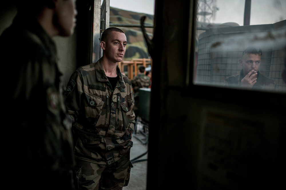 16th BC French unit soldiers wait for their last last convoy to go to KAIA airport on September 29, 2012  in Warehouse base in Kabul. The French unit from Bitche (Moselle) spent a week disassembling weapons, cleanning tanks and preparing their departure for France. AFP PHOTO / JEFF PACHOUD
