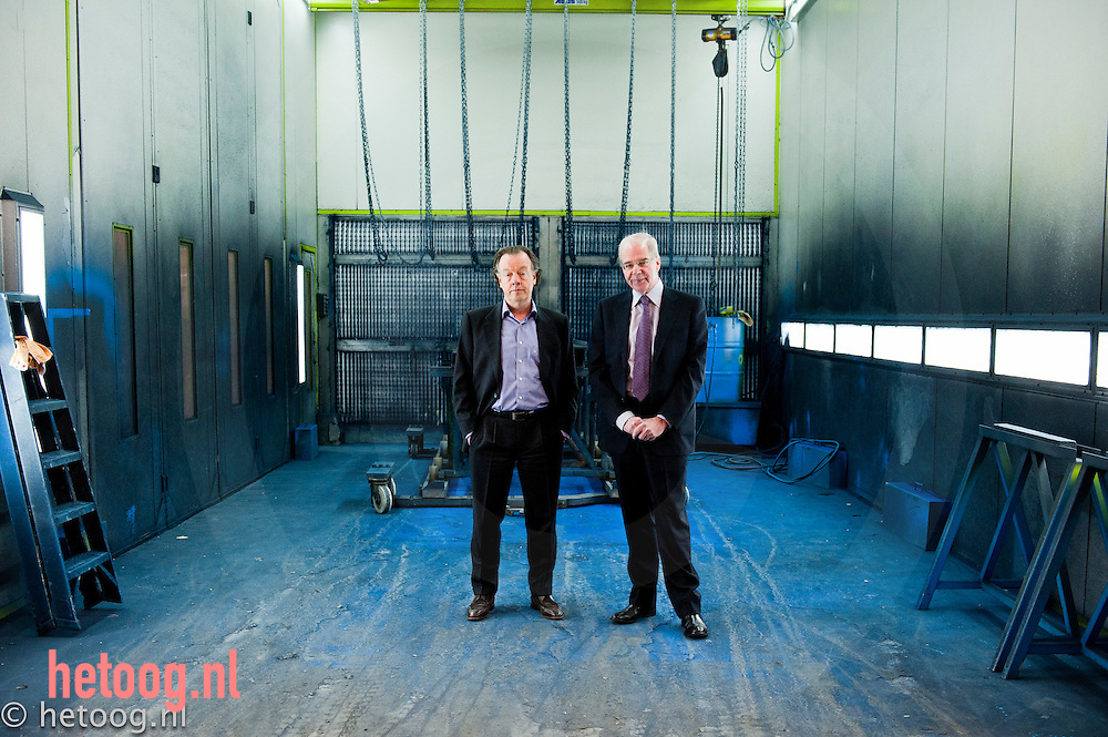 Nederland, Lochem de heren Nico Groen (l)en Kees Peelen (r) van het bedrijf Safan in Lochem, producent   van werkbanken.