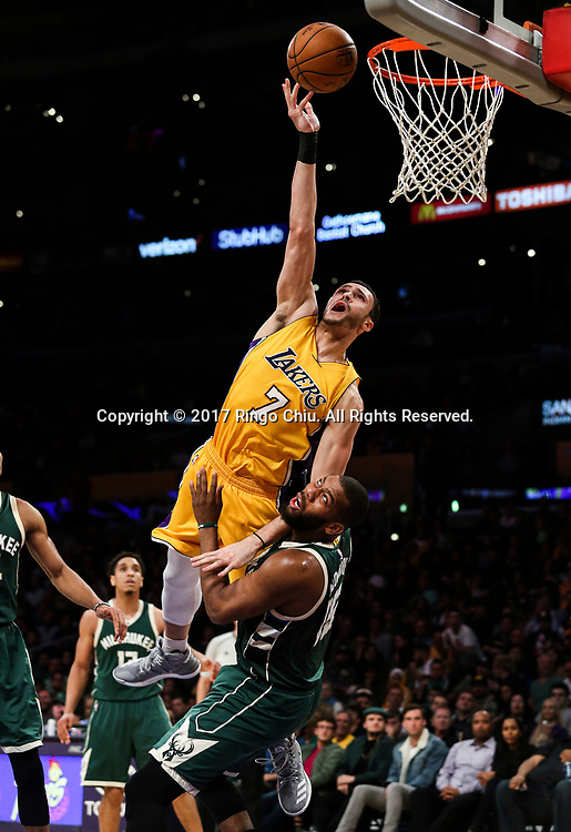 3月17日,密洛杉矶湖人队球员小拉里&middot;南斯 (上)在比賽中上篮。 当日,在2016-2017赛季NBA常规赛中,洛杉矶湖人队主场以103比107不敌密尔沃基雄鹿队。 新华社发 (赵汉荣摄)<br /> Los Angeles Lakers forward Larry Nance Jr. (#7) goes up for a layup against Milwaukee Bucks during an NBA basketball game, Friday, March 17, 2017.(Photo by Ringo Chiu/PHOTOFORMULA.com)<br /> <br /> Usage Notes: This content is intended for editorial use only. For other uses, additional clearances may be required.