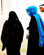 MUSCAT - Koningin Beatrix tijdens haar bezoek aan de grote moskee van Oman donderdag.
