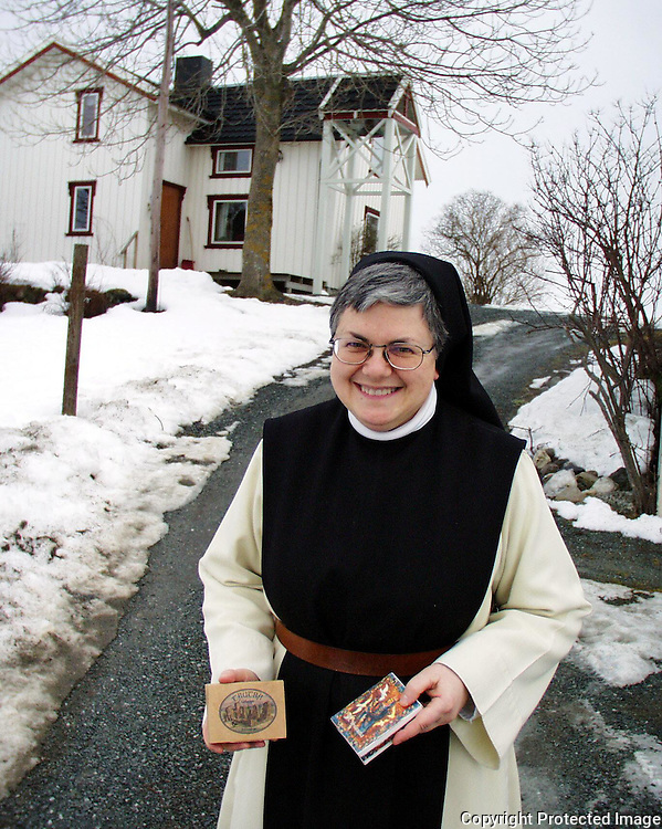 Gilchrist Lavigne (54), cistercienser-nonne ved Tautra Mariakloster. Med to selvproduserte såper..dig The nuns at Tautra Mariakloster (monastery) lived at a small farm until they got a new monastery in 2006. The nuns in Tautra make handmade soaps.