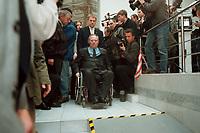 11 JAN 2000, BERLIN/GERMANY:<br /> Wolfgang Sch&auml;uble, CDU Vorsitzender, auf dem Weg Pressekonferenz &quot;100.000-Mark-Spende des Waffenh&auml;ndlers Schreiber&quot;, CDU Bundesgesch&auml;ftsstelle<br /> IMAGE: 20000111-01/01-03<br /> KEYWORDS: Wolfgang Schaeuble