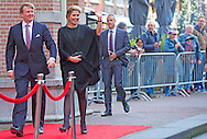 HAARLEM - Koningin Maxima en koning willem alexander komt aan voor het Koningsdagconcert in de Philharmonie. Tijdens het concert zal onder andere jazztrompetist Eric Vloeimans optreden. COPYRIGHT ROBIN UTRECHT