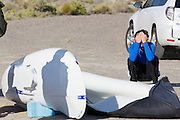 Jan Bos zit teleurgesteld bij zijn VeloX S nadat hij wederom gevallen is op de zesde en laatste racedag van de WHPSC. In Battle Mountain (Nevada) wordt ieder jaar de World Human Powered Speed Challenge gehouden. Tijdens deze wedstrijd wordt geprobeerd zo hard mogelijk te fietsen op pure menskracht. Ze halen snelheden tot 133 km/h. De deelnemers bestaan zowel uit teams van universiteiten als uit hobbyisten. Met de gestroomlijnde fietsen willen ze laten zien wat mogelijk is met menskracht. De speciale ligfietsen kunnen gezien worden als de Formule 1 van het fietsen. De kennis die wordt opgedaan wordt ook gebruikt om duurzaam vervoer verder te ontwikkelen.<br /> <br /> Jan Bos sits dissapointed next to his VeloX S after he has crashed again on the sixth and last racing day of the WHPSC. In Battle Mountain (Nevada) each year the World Human Powered Speed ​​Challenge is held. During this race they try to ride on pure manpower as hard as possible. Speeds up to 133 km/h are reached. The participants consist of both teams from universities and from hobbyists. With the sleek bikes they want to show what is possible with human power. The special recumbent bicycles can be seen as the Formula 1 of the bicycle. The knowledge gained is also used to develop sustainable transport.