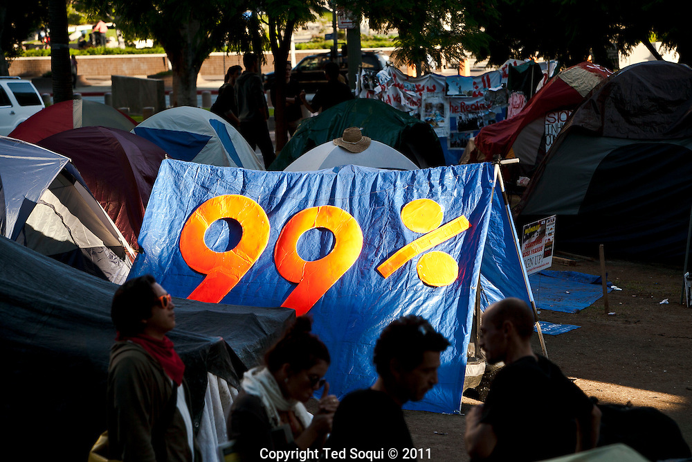Occupy L.A. last day before getting evicted. Mayor Antonio Villaraigosa has set up a deadline of 12:01am Monday morning for the campers to be gone from the city hall lawn.