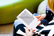 Junge Frau liest ein e-book, Kindle von Amazon (Modellfreigabe)