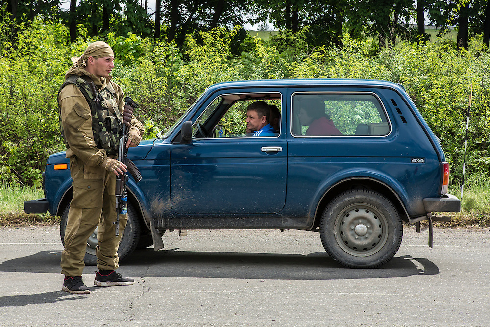 SLOVYANSK, UKRAINE - MAY 5: Soldiers check vehicles on their way into town at a Ukrainian military checkpoint on the edge of town on May 5, 2014 in Slovyansk, Ukraine. Slovyansk is one of many cities across Eastern Ukraine that have been overtaken by pro-Russian protesters in recent weeks, leading the Ukrainian military to respond with force in some areas. (Photo by Brendan Hoffman for The Washington Post)