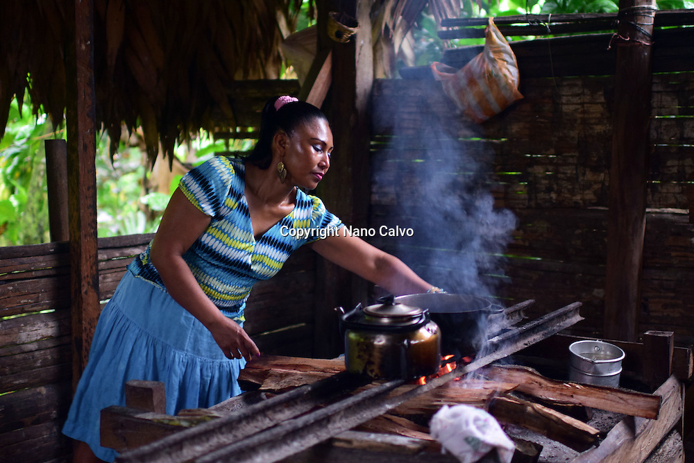 Virgilia, mother of a Bribri family, preparing natural cacao drink at tribe house. <br /> <br /> A day with the Bribri, indigenous people in Lim&Ucirc;n Province of Costa Rica.