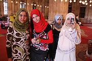 Skolebarn fra kairo på besøk i Mohammad Ali Pascha-moskeen, den er laget av alabast, og kalles også alabastmoskeen. Sto ferdig i 1848 og er et kujennemerke i Egypts hovedstad. Klassisk ottomansk stil og godt synlig der den ligger høyt oppe på festningsverket Citadellet (bygd av Saladin, Salah al-Din, på 1100-talletl. Foto: Bente Haarstad Egyptian schoolchildren visit the Mohammad Ali Pascha-mosque, and of course they use their mobile phones to take pictueres. The mosque, also called the Alabasterd Mosque, is along with the citadel, is one of the landmarks and tourist attractions of Cairo.