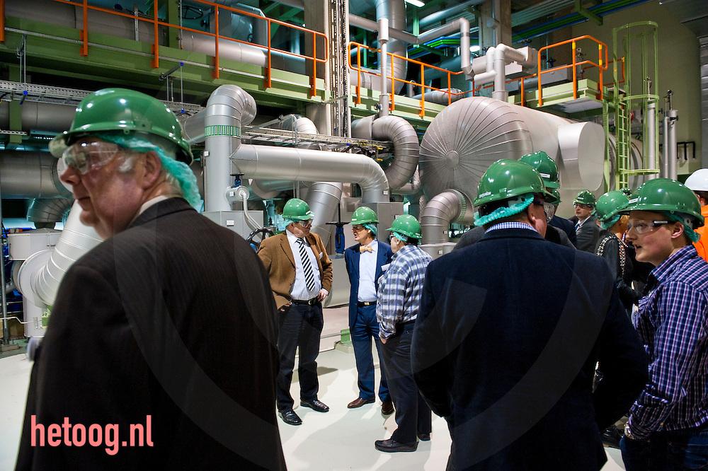 Nederland, Hengelo, 24jan2011 Minister Maxime Verhagen (Economische Zaken) stelde maandagavond 24012011in Hengelo (O) een 2 kilometer lange stoompijp in gebruik. Via die pijp levert de afvalverwerkingscentrale Twence afvalwarmte aan AkzoNobel. Het ministerie van ELenI heeft 1,5 miljoen euro bijgedragen aan de realisatie. Het project zou een  hoeveelheid energie besparen die gelijk is aan het gebruik van 80.000 mensen en zou helpen de verandering van het klimaat tegen te gaan.De openingshandeling maakt deel uit van een werkbezoek aan de regio Twente, dat de bewindsman maandag aflegde. Behalve in Hengelo was hij ook nog in Enschede, waar hij in het stadion van FC Twente sprak met ondernemers en topmensen van kennisinstellingen in de regio. volgens een woordvoerder van Verhagen is Twente is een van de koplopers in Nederland waar het gaat om de toepassing van wetenschappelijke kennis in commerciële en maatschappelijke producten. foto: Cees Elzenga/HH
