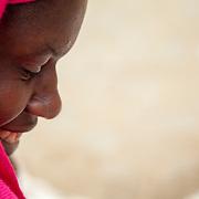 LÉGENDE: Rosine toute souriante les yeux rivés sur ses poissons. LIEU: Marché de Chagoua, N'Djaména, Tchad. PERSONNE(S): Profil de Rosine Remadsi à gauche.