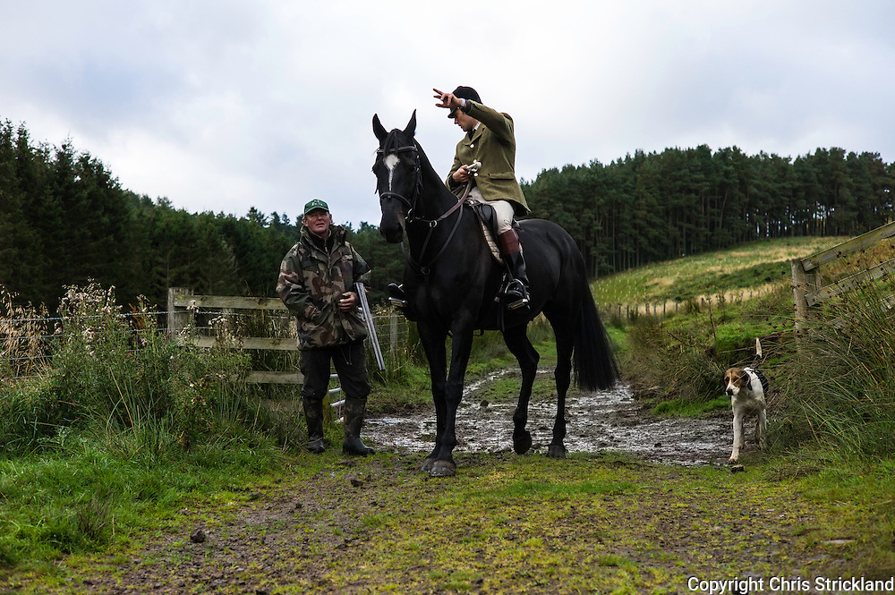 Edgerston Tofts, Jedburgh, Scottish Borders, UK. 24th September 2015. The Huntsman of the Jedforest Hunt Johnny Richardson discussess geography with a gamekeeper and gun.