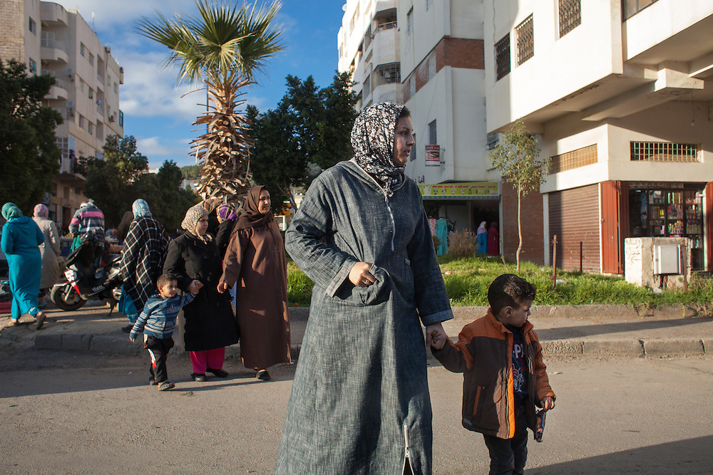 Fez, March 2015. Mothers and children out of school. Two orders of indicators are particularly worrisome regarding the condition of women in Morocco: those related to education and those relating to health. As for reproductive health, maternal mortality is very high: 228 deaths of 100,000 shares (in 125 cities, in the countryside 307 ). Assisted women in childbirth are only 39.6%, as in the countryside goes down to 19.3%. The births attended in the hospital are 43%, but in the countryside only 20%.