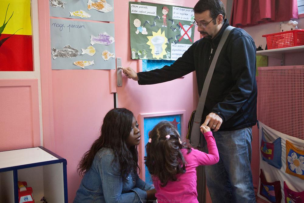 Arrivée des enfants accompagnés de leur parents et prise en charge par le personnel de la crèche départementale Saint Mandé Bérulle 1.